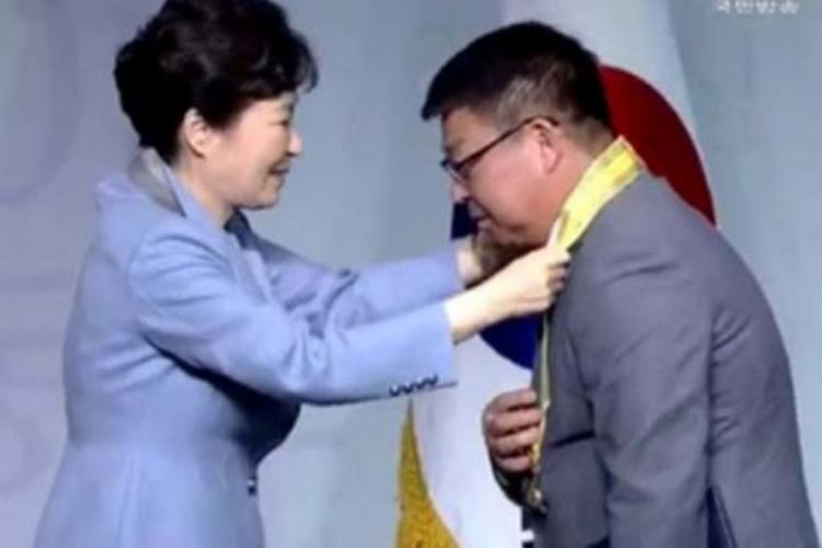 Единственный в России: президент Южной Кореи вручила орден «Камелии» жителю Уссурийска